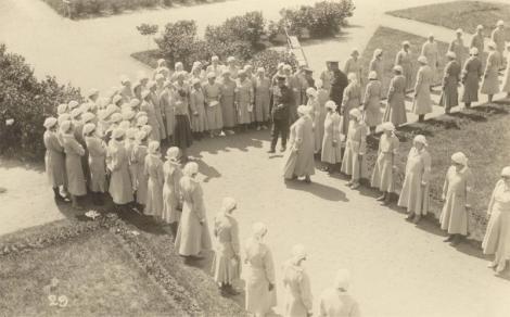 Viitseadmiral Tarmo Kõuts annetab Saaremaa naiskodukaitsjatele lipu