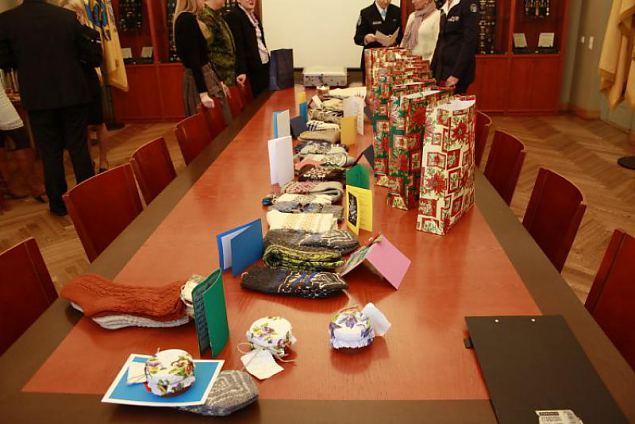 Naiskodukaitse andis täna üle jõulukingitused raja taga riiki teenivatele kodanikele