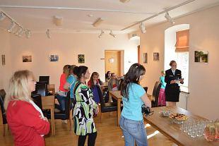 Inglite ja amatsoonidega näitust avamas