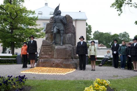 Saaremaa naiskodukaitsjad süütasid leinapäeval 618 küünalt