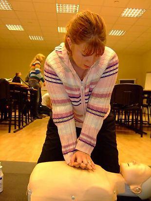 Naiskodukaitsjad võistlevad esmaabi andmises