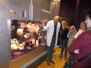 Orissaare naiskodukaitsjad ja kodutütred käisid ühisel õppereisil Eesti Tervishoiu muuseumis