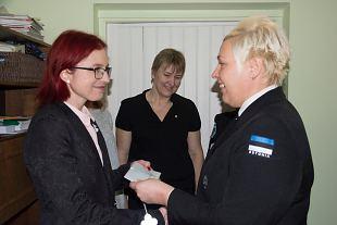 Saaremaa naiskodukaitsjad andsid Saaremaa vähiühingule üle 620 eurot