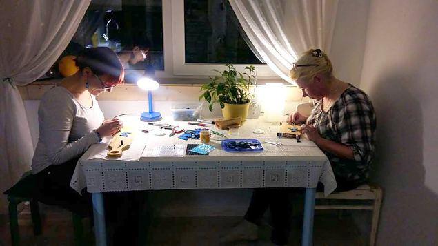 Väike-Maarja naiskodukaitsjad kingivad vabariigi juubeli puhul koostööpartneritele 100 sini-must-valget liblikamärki