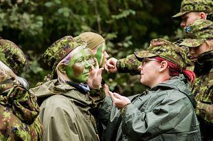 Pärnumaa naised maitsesid sõdurielu