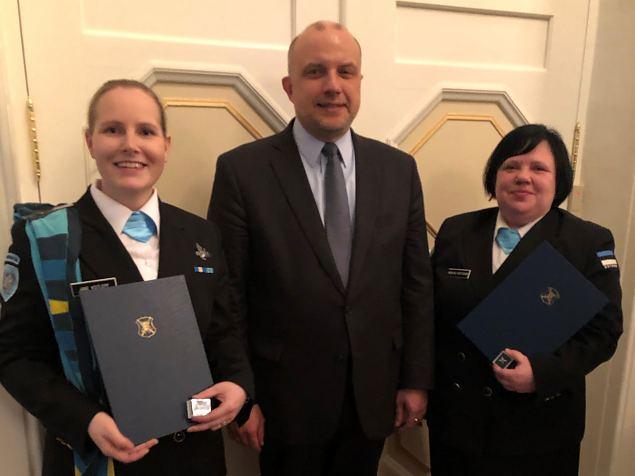 Kolm naiskodukaitsjat said kaitseministrilt hõbe-rinnamärgid