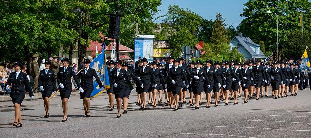 Naiskodukaitse kompanii 2015. aasta Võidupüha paraadil Kärdlas. Foto: Argo Nurs